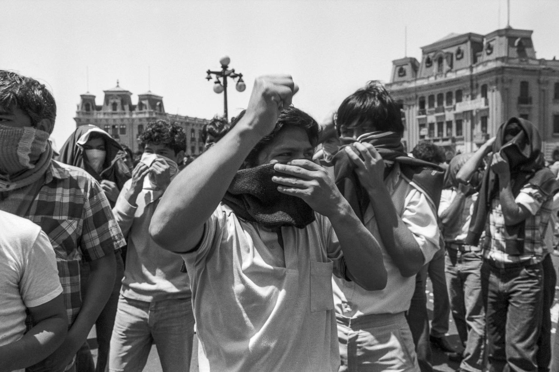 Protesta de apoyo al PCP-SL en la Plaza 2 de Mayo. Enero, 1988. (Código: VI02-08)